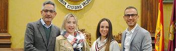Jesús Martín reconoce el esfuerzo de las deportistas valdepeñeras Nidia García y Carolina Muñoz.