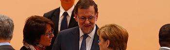 El presidente del Gobierno, Mariano Rajoy, conversa con la canciller alemana, Angela Merkel, en el inicio de la segunda jornada de la Cumbre del G20.