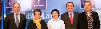 El consejero de Salud y Bienestar Social, Fernando Lamata, ha suscrito hoy los convenios de colaboración con Afanias, ADA y Las Encinas . En la imagen con el delegado Juan Pablo Martínez (i), la presidenta de ADA, Soledad Guerrero (2i), la presidenta de Las Encinas, Mª Carmen Peñalver (3i), el consejero y el presidente de AFANIAS, José Luis Herreruela (1d).