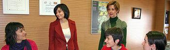 La portavoz del Gobierno de Castilla-La Mancha, Isabel Rodríguez, conversa con trabajadoras de la empresa Clipes de Albacete durante la visita a sus instalaciones, acompañada por la gerente, Marisa Sánchez.