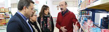 """Manuel Serrano visita el Economato Solidario """"Virgen de los Llanos"""" de Cáritas Diocesana de Albacete."""