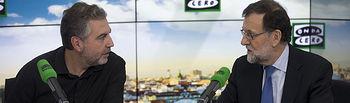 """El presidente del Gobierno, Mariano Rajoy, junto al conductor del programa, Carlos Alsina, durante la entrevista concedida al espacio """"Más de Uno"""" de la cadena Onda Cero."""