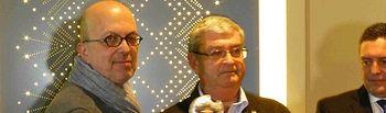 Ingacio Villa, director general del Ente Público de Radio y Televisión de Castilla-La Mancha (RTVCM), recibe el reconocimiento de manos de Juan de Dios García
