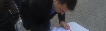 Manuel Serrano firma el manifiesto de la Plataforma por un Hospital Digno para Albacete.