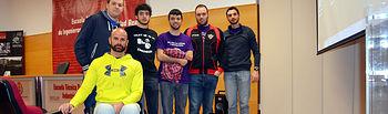 Gustavo Molina junto a un grupo de estudiantes.