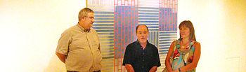 La consejera de Educación, Ciencia y Cultura, María Ángeles García, y el delegado de la Junta en Ciudad Real, José Valverde (i), atienden las explicaciones del artista Luis Acosta durante la inauguración de su exposición en el Museo de la Merced de Ciudad Real.