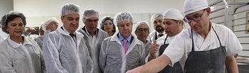 El presidente de Castilla-La Mancha, Emiliano García-Page, visita las instalaciones del obrador 'Gaymon' especializado en la elaboración de los tradicionales 'Miguelitos de La Roda'. (Fotos: José Ramón Márquez // JCCM).