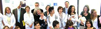 La directora general de Salud Pública, Berta Hernández, junto a las madres participantes en la semana de la lactancia materna del pasado año.