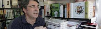 El escritor Andrés Trapiello, durante su participación en la última Feria del Libro de Madrid (2009). Foto: EFE.