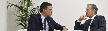 El presidente del Gobierno en funciones, Pedro Sánchez, y el presidente del Consejo Europeo, Donald Tusk, conversan durante la Cumbre del G-20.
