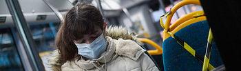 Coronavirus- Una mujer protegida con mascarilla montada en autobús. Foto: Europa Press 2020
