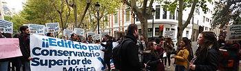 Alumnos del Conservatorio de Música de manifiestan pidiendo un nuevo edificio. Foto: Manuel Lozano Garcia / La Cerca