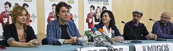 Isabel Nogueroles, acompañada del director y actores de la obra Amigos hasta la muerte, de Javier Veiga