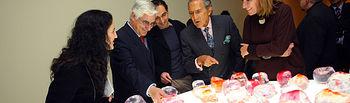 El presidente de Castilla-La Mancha, José María Barreda, y el escritor Antonio Gala inauguraron en el Museo de la Merced, en Ciudad Real, la muestra 'Mi primera vez'.