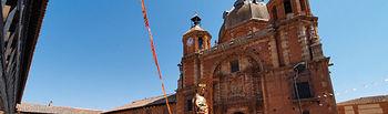 Plaza Mayor de San Carlos del Valle con su espléndida iglesia del Santísimo Cristo del Valle.