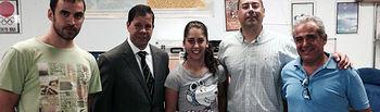 María Herrera con del decano de Ciencias del Deporte, el profesor González Ravé, el doctorando Francisco de Asís Fernández y su padre y entrenador.