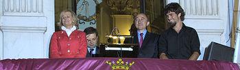 Carmen Bayod, alcaldesa de Albacete, y Fernando Lamata, pregonero de la Feria de Albacete 2012, asomados al balcón del antiguo Ayuntamiento, hoy museo municipal, durante la lectura del pregón.