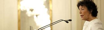 """GRAFCAV1492. BILBAO, 11/02/2019.- La ministra de Educación y portavoz del Gobierno, Isabel Celaá, durante la conferencia en la tribuna \""""Fórum Europa\"""", en la que fue presentada por la secretaria general del PSE, Idoia Mendia. EFE/Luis Tejido."""