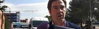 Lorenzo Robisco, diputado del PP, en las inmediaciones del  Hospital de Guadalajara, una de las veces que ha denunciado la situación del transporte sanitario