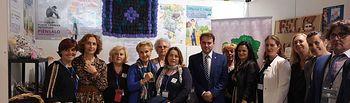Carmen Quintanilla, presidenta Nacional de AFAMMER y Manuel Torres, alcalde de Moral de Calatrava junto a mujeres de AFAMMER. .