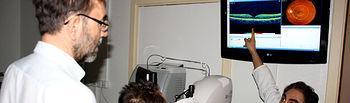En la imagen, el jefe de Oftalmología del Hospital General 'La Mancha Centro', Fernando González del Valle, explica a un paciente y su familiar la prueba que le acaba de realizar mediante pantallas de alta resolución disponibles en las nuevas Consultas.