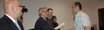 El fiscal superior de Castilla-La Mancha, José Martínez, entregando el diploma a uno de los alumnos del curso