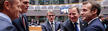 El presidente del Consejo Europeo, Donald Tusk, el presidente del Gobierno en funciones, Pedro Sanchez, el presidente del Parlamento Europeo, David Sassoli, y otros mandatarios, al inicio de la reunión del Consejo Europeo. Foto: OLIVIER HOSLET
