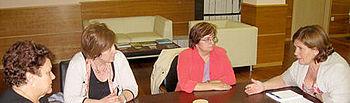 Paula Fernández, durante la reunión que mantuvo con varias asociaciones de mujeres de la región