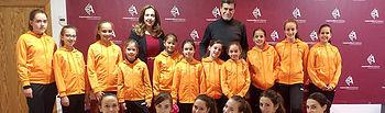 La alcaldesa y el concejal de Deportes, junto a las integrantes de 'El Zodiaco'.