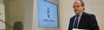 El consejero de Hacienda y Administraciones Públicas, Juan Alfonso Ruiz Molina, informa, en el Palacio de Fuensalida, de los acuerdos del Consejo de Gobierno relacionados con su departamento. (Fotos: Ignacio López // JCCM)