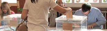 Ciudadana ejerciendo su derecho a voto.