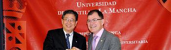 El rector de la Universidad de Fu-Jen, bernard Li, rubrica los acuerdos suscritos.