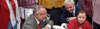 Moreno saluda a las participantes en el Encuentro de Encajeras en la Feria de los Sabores de Alcázar