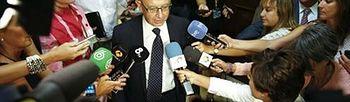 Montoro atiende a los medios antes de su comparecencia en el Congreso (Foto: Juan Carlos Hidalgo/EFE)