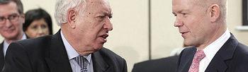 El ministro de Exteriores, José Manuel García-Margallo , conversa con su homólogo británico, William Hague , durante la reunión de ministros de Exteriores de la OTAN celebrada en la sede de Bruselas, (Bélgica).( Foto EFE)