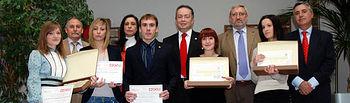 Premiados junto al decano del centro y el vicerrector de Investigación.