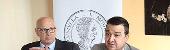 El consejero de Agricultura, Medio Ambiente y Desarrollo Rural y presidente de la Fundación Dieta Mediterránea, Francisco Martínez Arroyo, ha presentado hoy la segunda convocatoria de los Premios 'Columela', galardones de ámbito nacional que reconocen el compromiso con los valores de la Dieta Mediterránea, en el Hotel Boutique Adolfo de la capital regional, junto al Director Ejecutivo de la Fundación, Domingo Valiente (i) y el propietario del hotel y miembro del jurado, Adolfo Muñoz (d). (Foto: Álvaro Ruiz