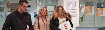 Entrega de firmas en la delegación provincial de educación de Albacete recabadas en la campaña que CCOO puso en marcha por la falta de cobertura de personal en las escuelas infantiles de Albacete.