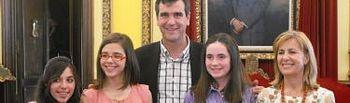 El Alcalde, Antonio Román, y Carmen Heredia, concejala de Familia y Bienestar Social, con las tres alumnas de ESO ganadoras del concurso