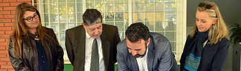 Momento de la firma del convenio entre el Ayuntamiento y AECC Guadalajara. Fotografía: Álvaro Díaz Villamil / Ayuntamiento de Azuqueca