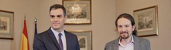 El presidente del Gobierno en funciones, Pedro Sánchez y el líder de Podemos, Pablo Iglesias, en el Congreso de los Diputados han firmando el principio de acuerdo para compartir un gobierno de coalición. Foto: Inma Mesa Cabello