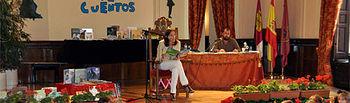 Rosa Romero leyendo cuentos