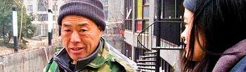 """Dong, una de las personas que se dedica a la recogida de basura a domicilio de la céntrica urbanización de lujo de Pekín """"Pingod""""."""