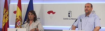 El vicepresidente del Gobierno regional, José Luis Martínez Guijarro, y la consejera de Fomento, Agustina García Élez, ofrecen una rueda de prensa, en el Palacio de Fuensalida, para informar de los acuerdos del Consejo de Gobierno. (Fotos: Ignacio López // JCCM)