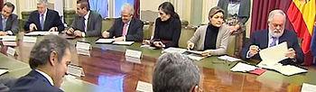 El ministro de Agricultura, Alimentación y Medio Ambiente, Miguel Arias Cañete, durante la reunión que ha mantenido hoy con representantes de las organizaciones y las cooperativas agrarias para analizar los presupuestos europeos para el periodo 2014-2020 (foto EFE)