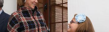 Cospedal saluda a una niña que interviene en el Pleno de las Cortes por Día Derechos Infancia (3). Foto: JCCM.