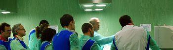 Un grupo de médicos, en la sala de disección de la Facultad de Medicina de Ciudad Real.
