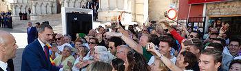 Sus Majestades los Reyes saludan a las personas prensentes en la plaza Mayor de Cuenca