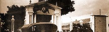 Un carruaje circula junto a la Puerta de Hierro del Recinto Ferial en los primeros años del siglo XX.