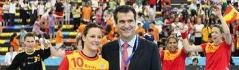 El Alcalde, Antonio Román, con la jugadora castellanomanchega Macarena Aguilar